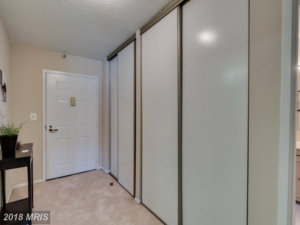 Late 20th-Century Condo Advertised For Sale For $519,000 In Northern Virginia thumbnail