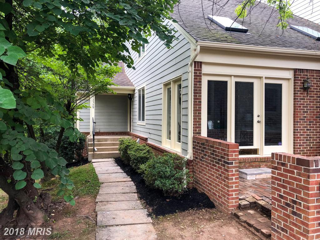 4-BR 3 BA $545,000 /// 12539 Lake Ct N Fairfax VA 22033 thumbnail