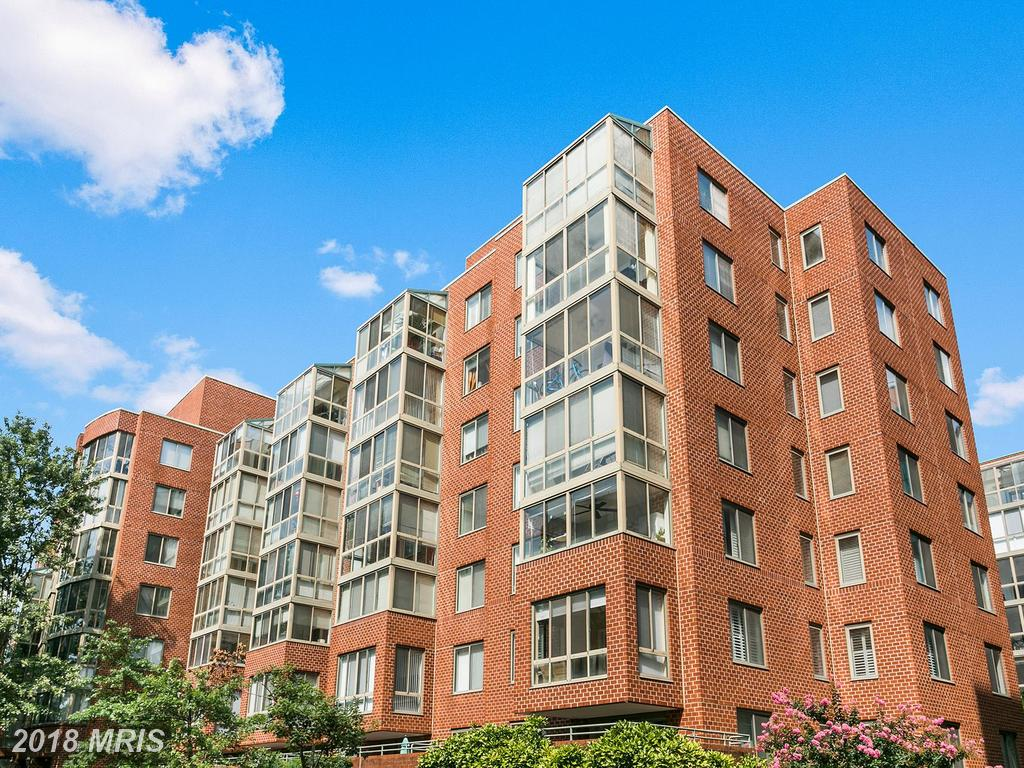 Late 20th-Century Condominium For Sale For $318,000 In Arlington, Virginia thumbnail